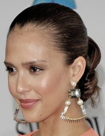 http://www.hollywoodlife.com/2011/06/08/kim-kardashian-jessica-alba-bun/#393678-0-060811_jessica_bun_115371182